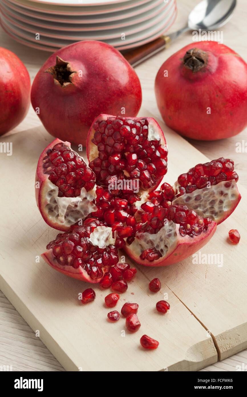 Ouvrez la grenade rouge mûre fraîche des fruits et semences Photo Stock