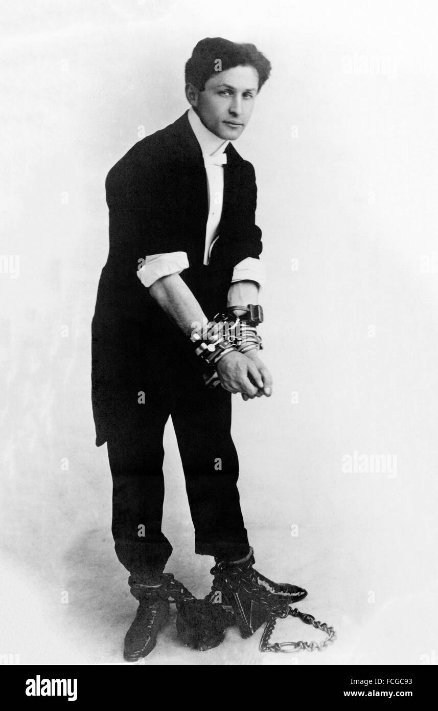 Escapologist Harry Houdini (né Erik Weisz) dans les chaînes), ch. 1905 Banque D'Images