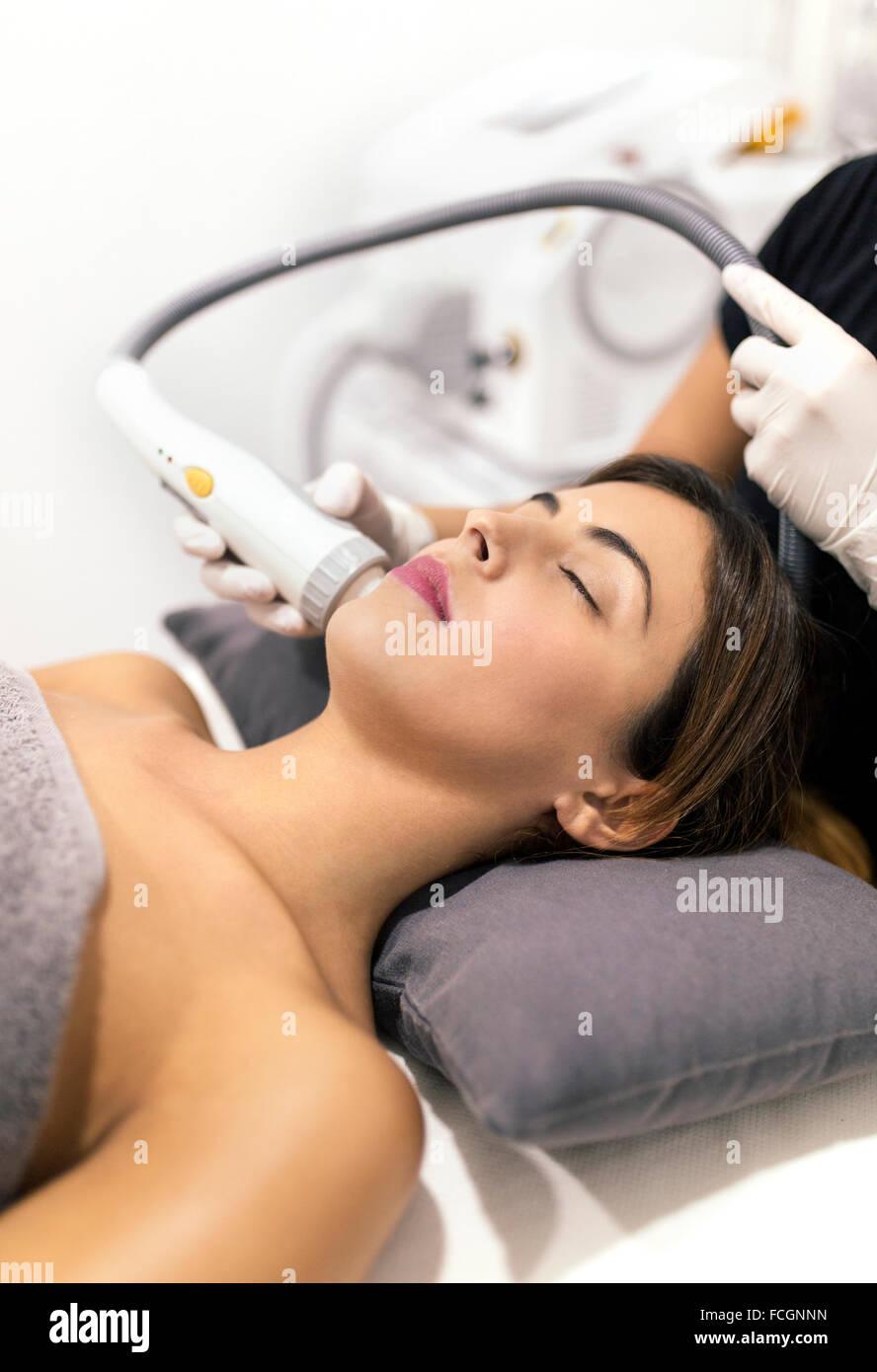 Jeune femme recevant un traitement de beauté Photo Stock