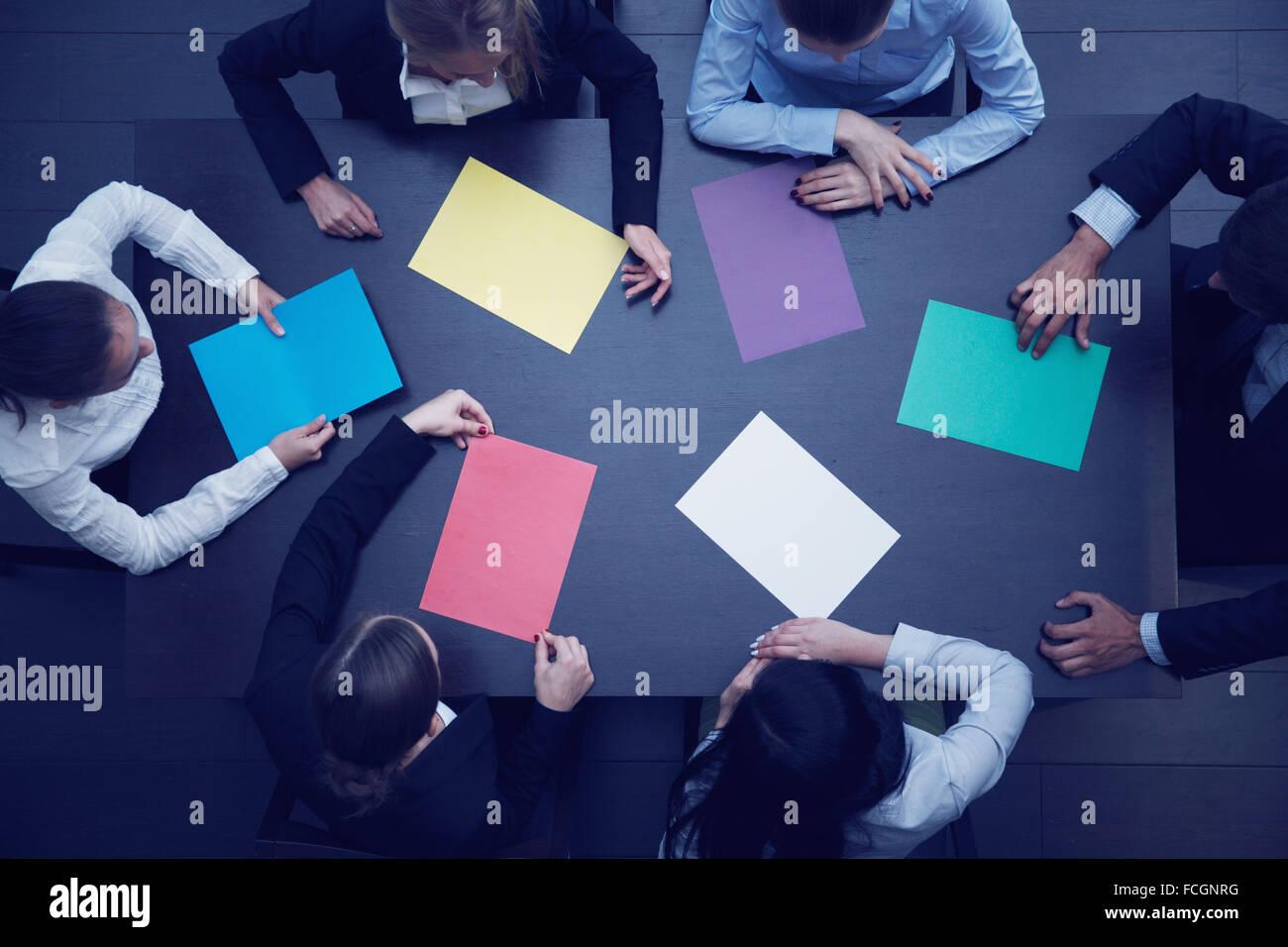 Groupe de gens d'affaires avec du papier coloré en blanc, nouveau concept de projet Photo Stock