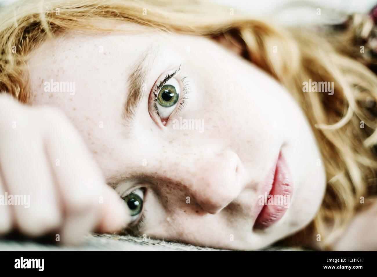 Portrait de jeune fille de rousseur et les yeux verts Photo Stock