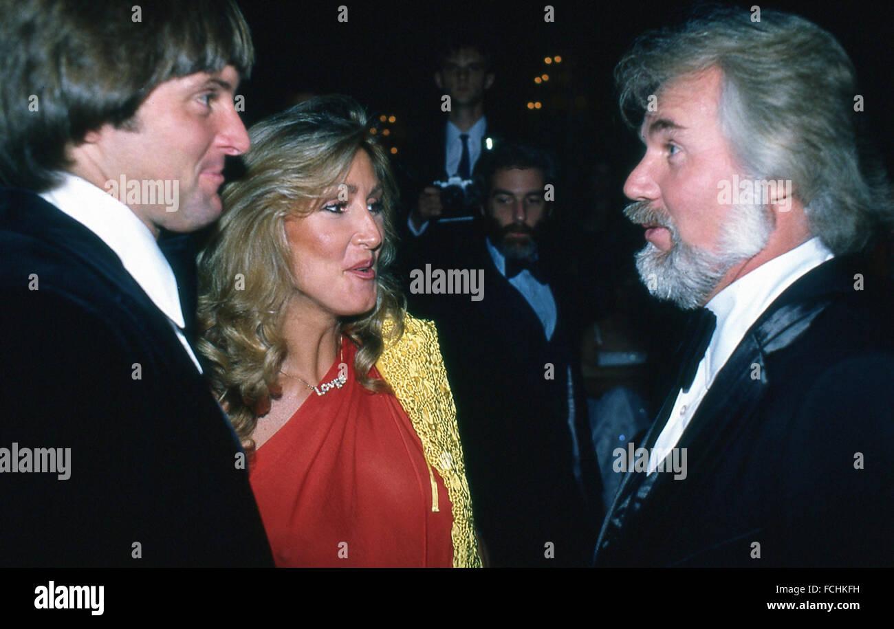 Bruce Jenner, médaillé d'or olympique, et Linda Thompson, épouse Le chanteur de pays Kenny Rogers à l'occasion du gala de la cravate noire Hollywood dans les années 1980 Banque D'Images