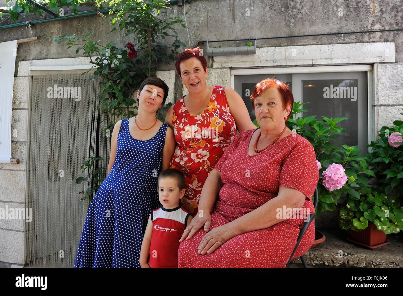 Quatre générations de la famille Farac, propriétaire du restaurant Konoba Mate, Pupnat, île Photo Stock