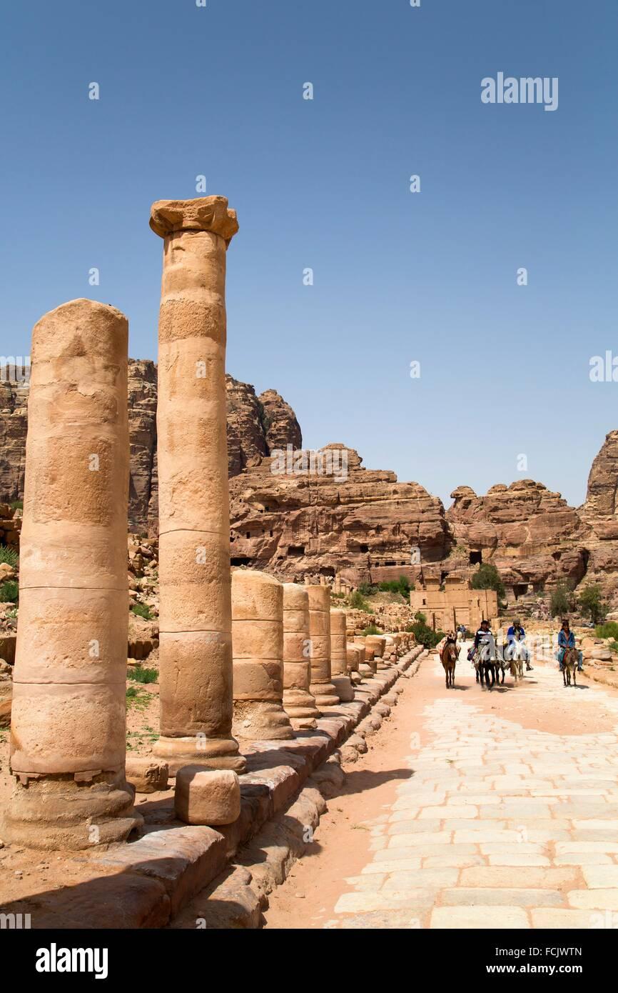 Les hommes sur des ânes, la rue à colonnades, datée d'environ 106 AD, Petra, Jordanie Photo Stock