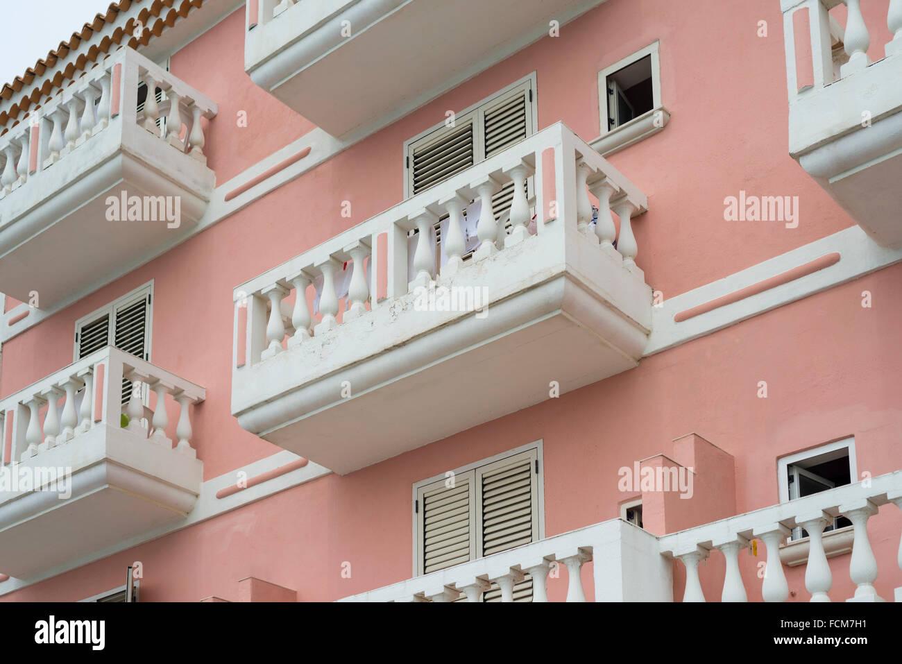 Balcons Blancs Et Des Stores De Couleur Saumon Sur Une Facade D Une