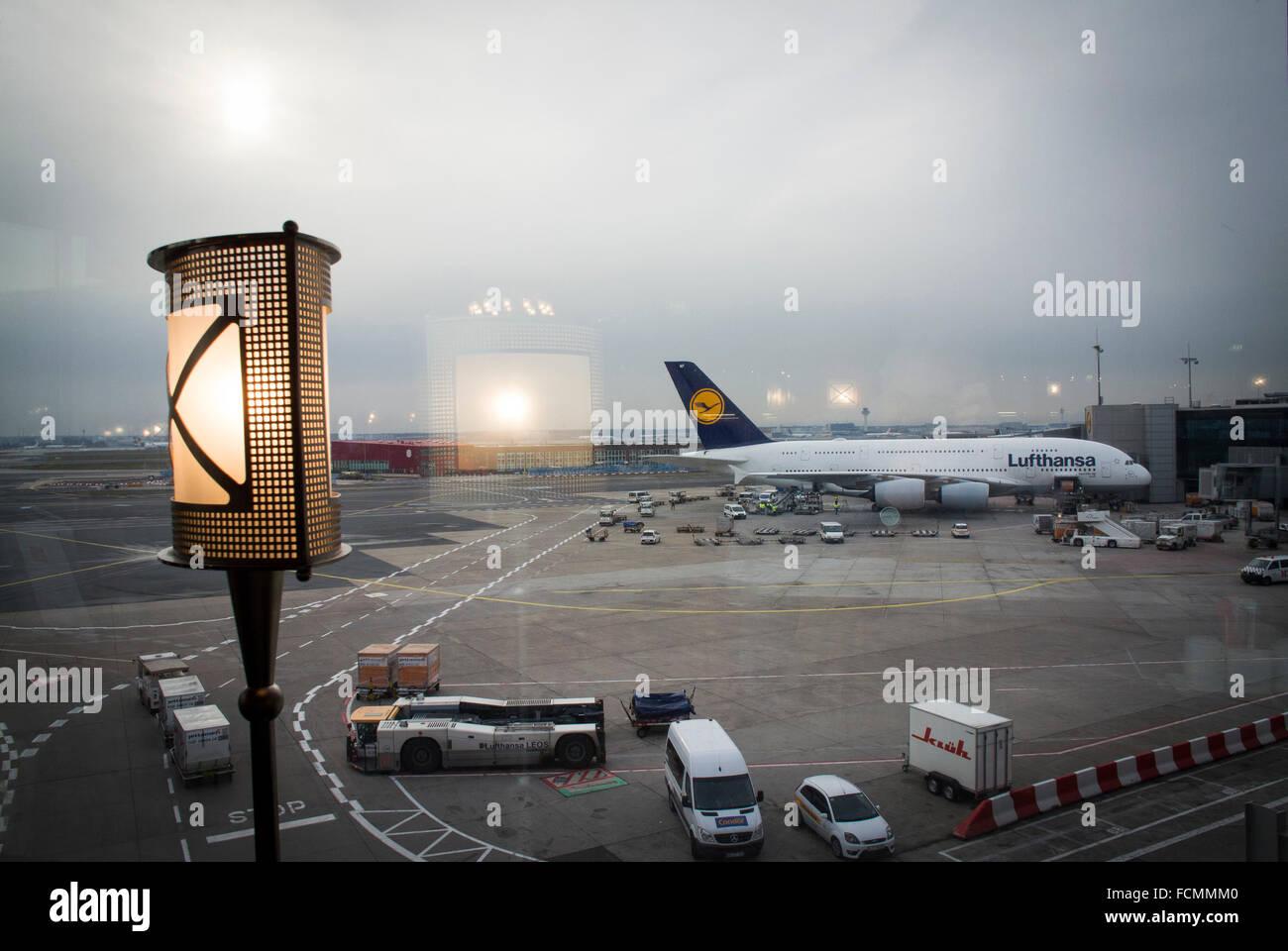 Vue depuis une salle de départ à l'aéroport de Francfort, Allemagne. Photo Stock