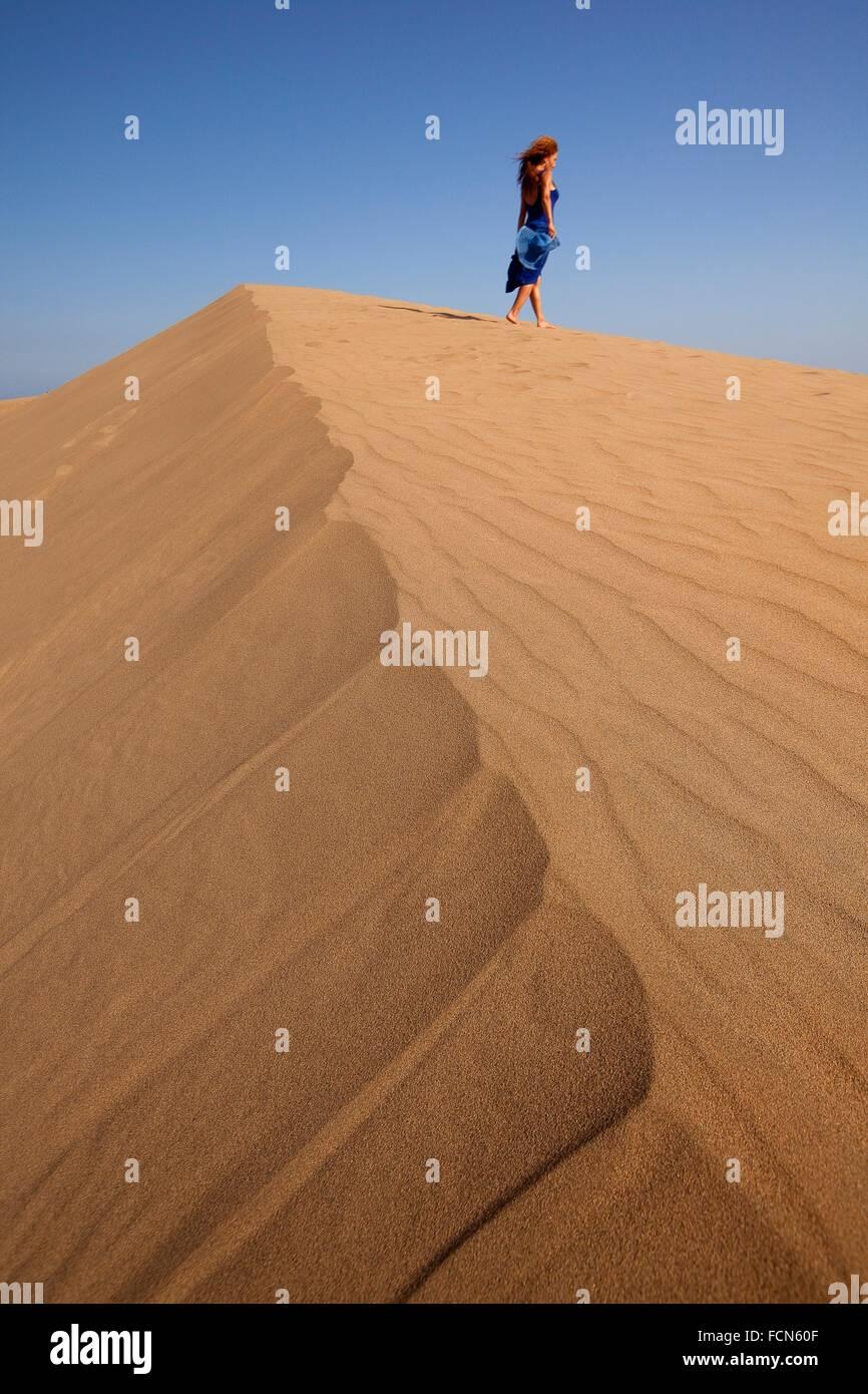 Femme A Les Dunes De Sable Maspalomas Gran Canaria Iles Canaries Espagne