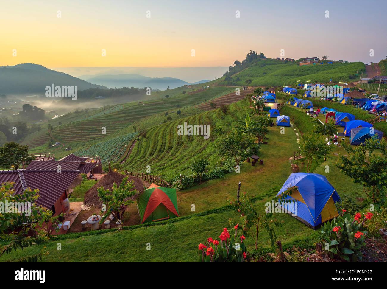 Camping et lever du soleil sur la montagne, Chiang Mai Thaïlande Photo Stock