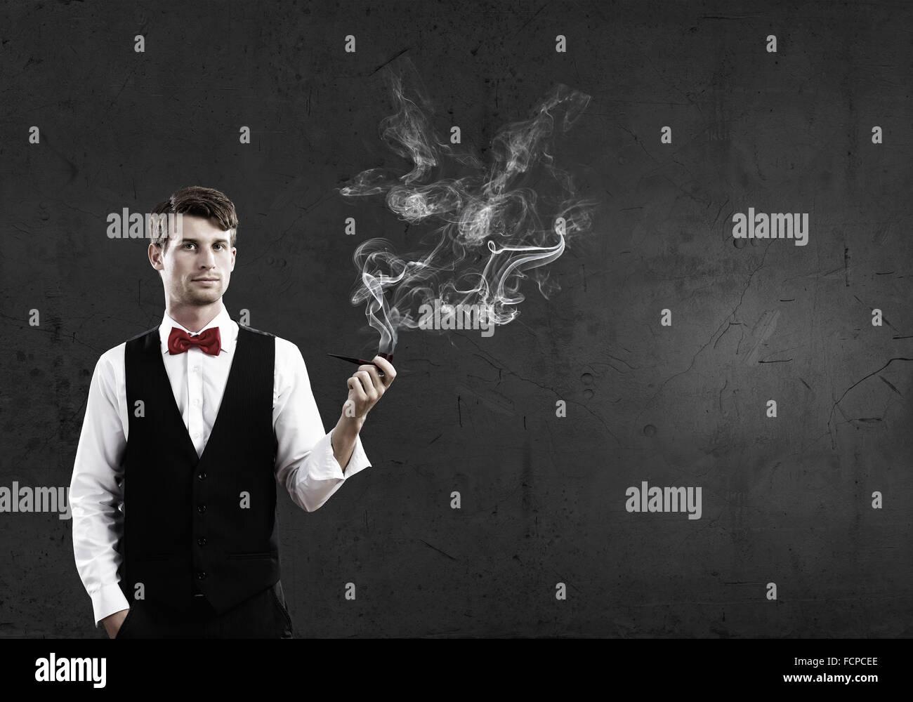 Beau jeune homme d'idées et de pensée pipe Photo Stock