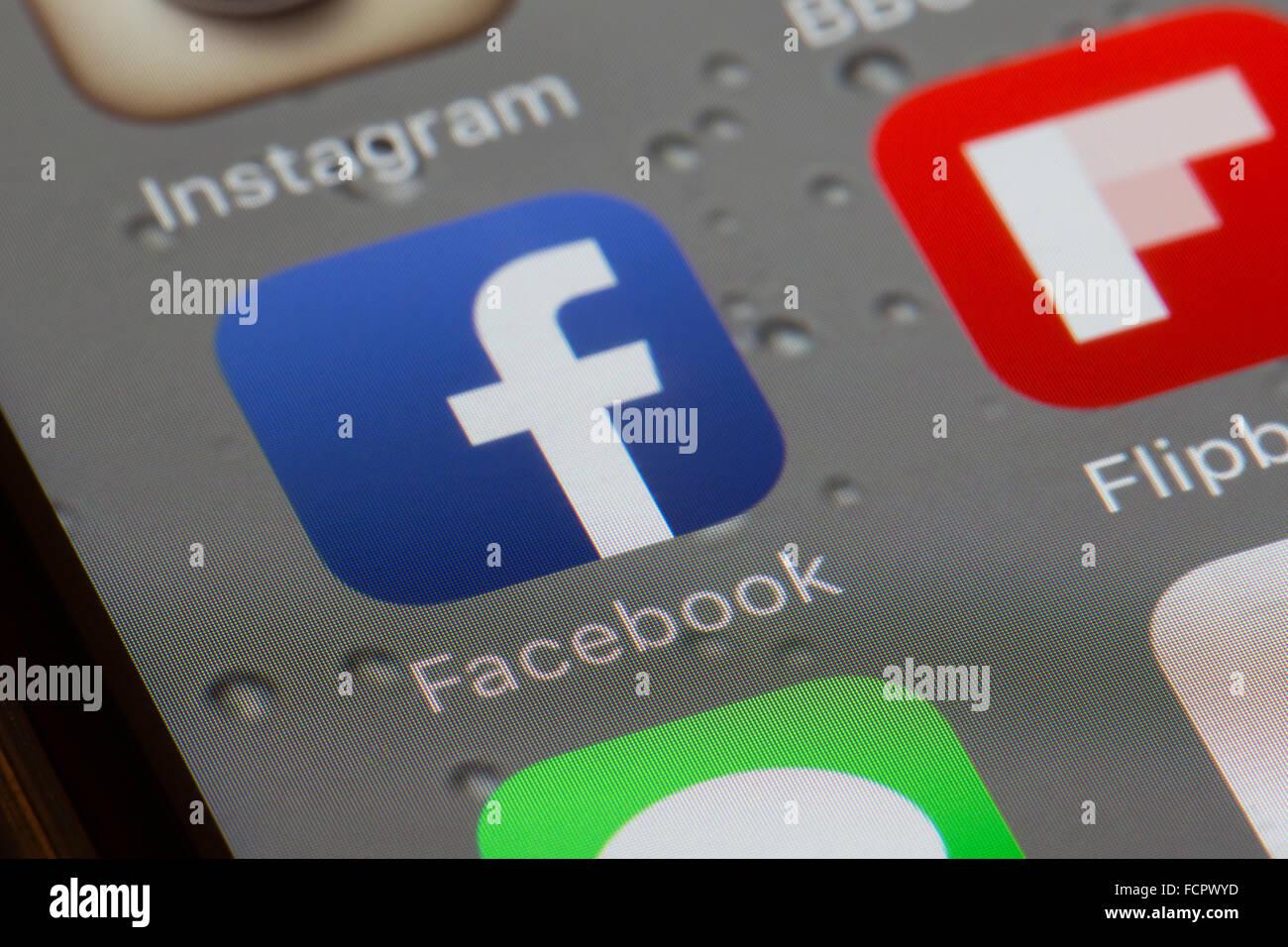 Icône de l'application Facebook sur l'écran d'un iphone 6 Photo Stock