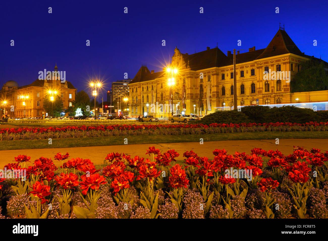 Nuit de Zagreb. Musée d'art et d'artisanat sur la droite Photo Stock