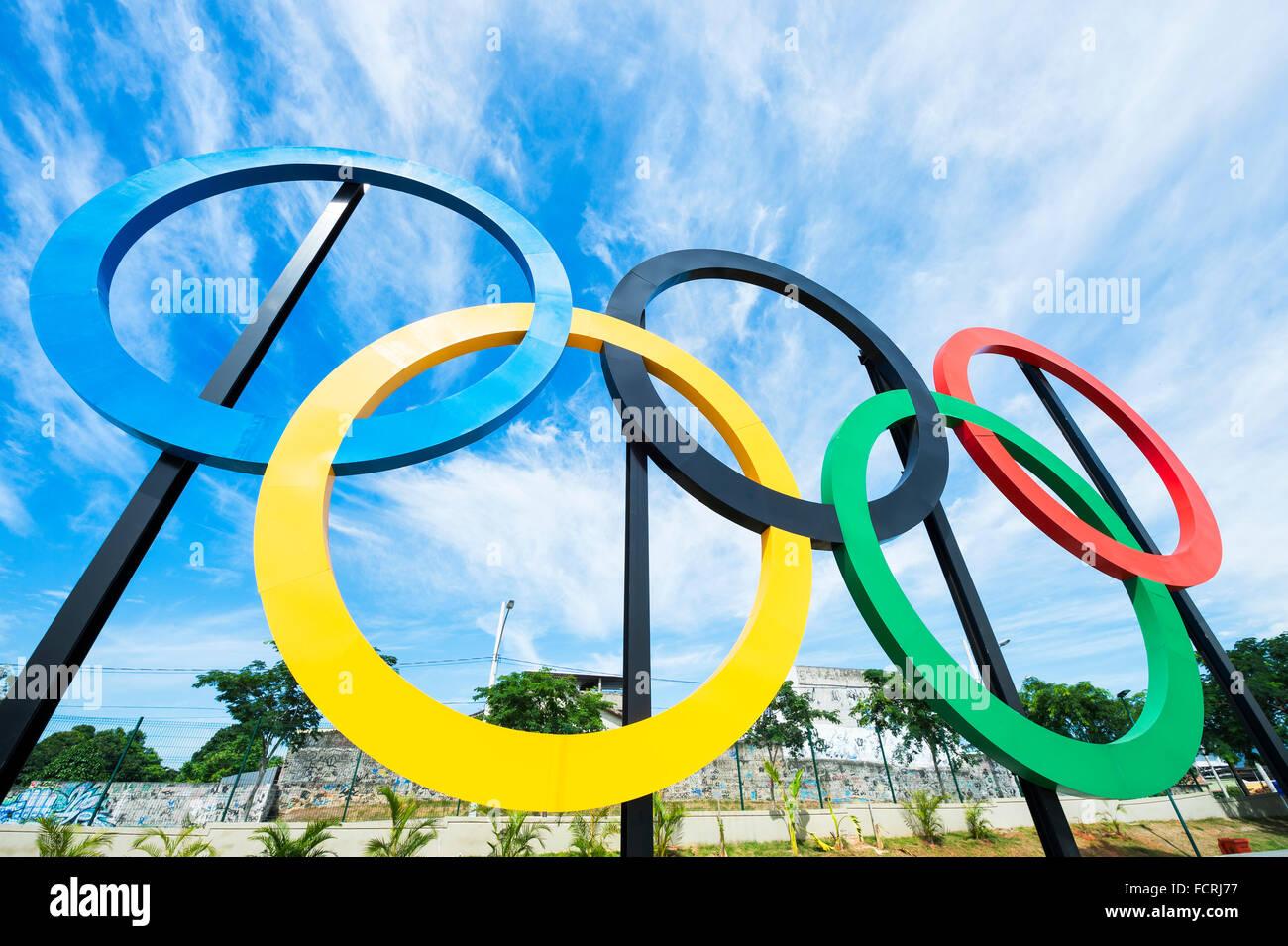 RIO DE JANEIRO - le 31 octobre 2015: anneaux olympiques se tiennent contre ciel bleu dans le parc Parque Madureira, Photo Stock
