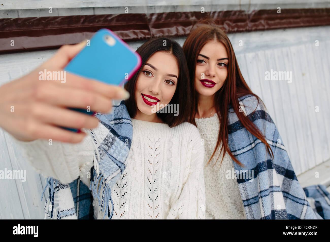 Deux jeunes filles faire des selfies Photo Stock