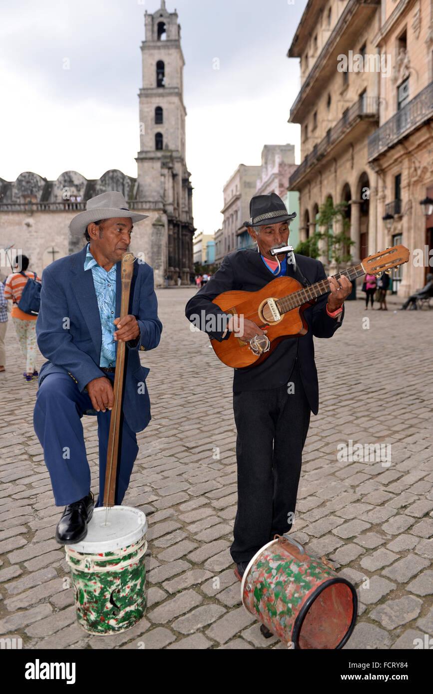 La Havane, Cuba - 20 janvier 2016: deux musiciens busk pour les touristes dans la vieille Havane. Cuba est connu pour sa riche histoire musicale. Banque D'Images