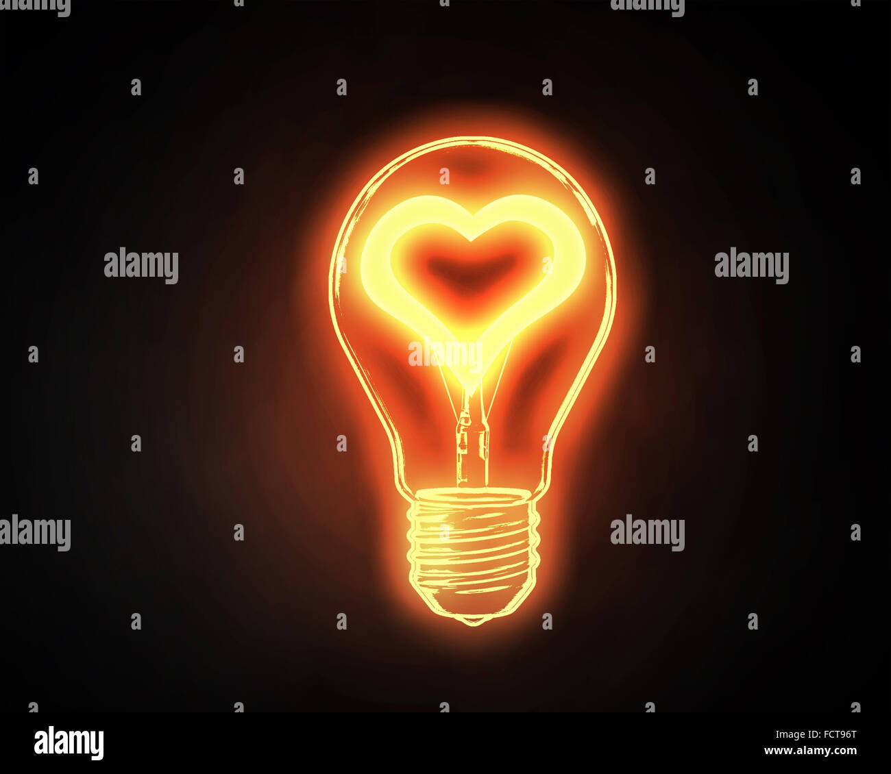 Lightbulb With glowing coeur intérieur onn fond sombre Photo Stock
