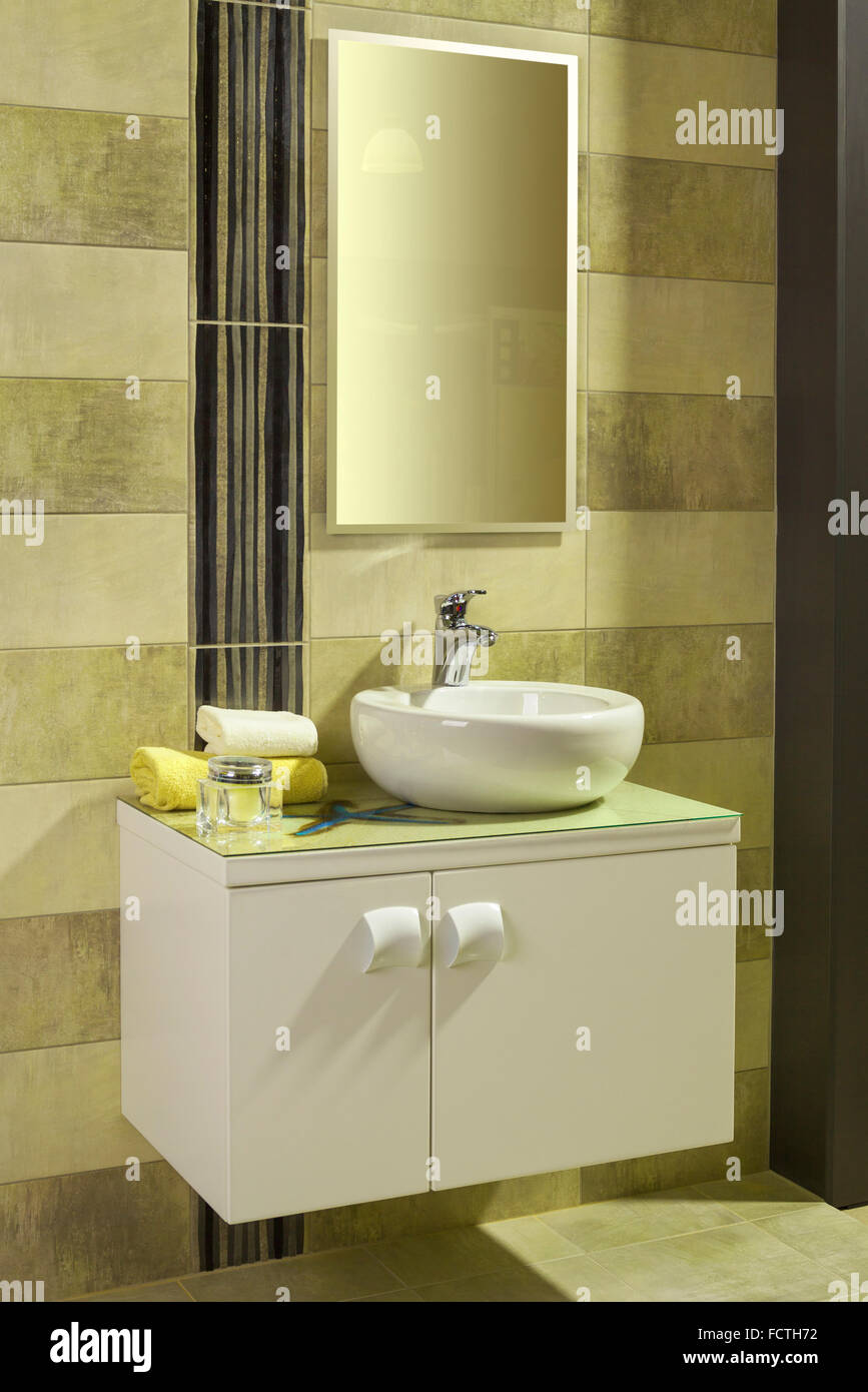 Lavabo Blanc Rond Dans Une Salle De Bains Moderne Avec Des Carreaux Gris Et  Jaune