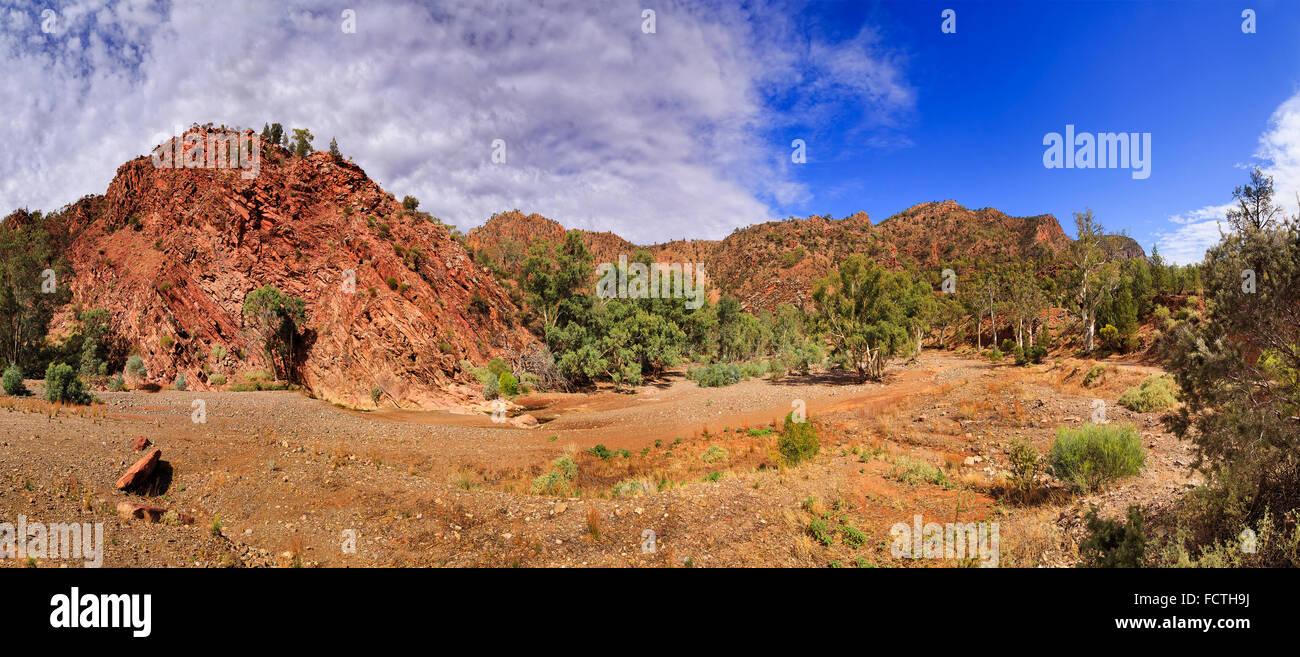 Formation de calcaire antique au bas de brachina gorge creek road autour du parc national de Flinders en Australie Photo Stock