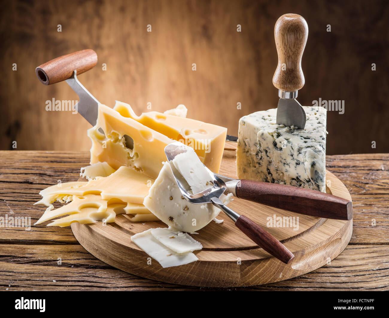 Variété de fromages sur une planche de bois. Photo Stock