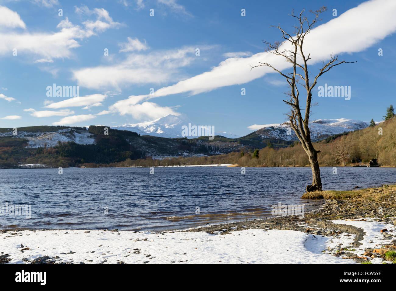 Ben Lomond et Loch Ard, Aberfoyle, les Trossachs, l'Écosse, au milieu de l'hiver. Photo Stock