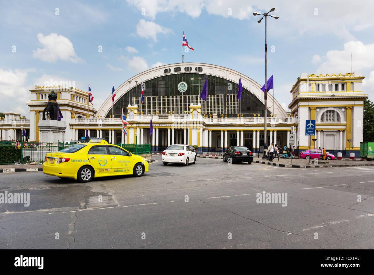 Taxi en face de la gare centrale, la gare de Hua Lamphong, Chinatown, Bangkok, Thaïlande Photo Stock