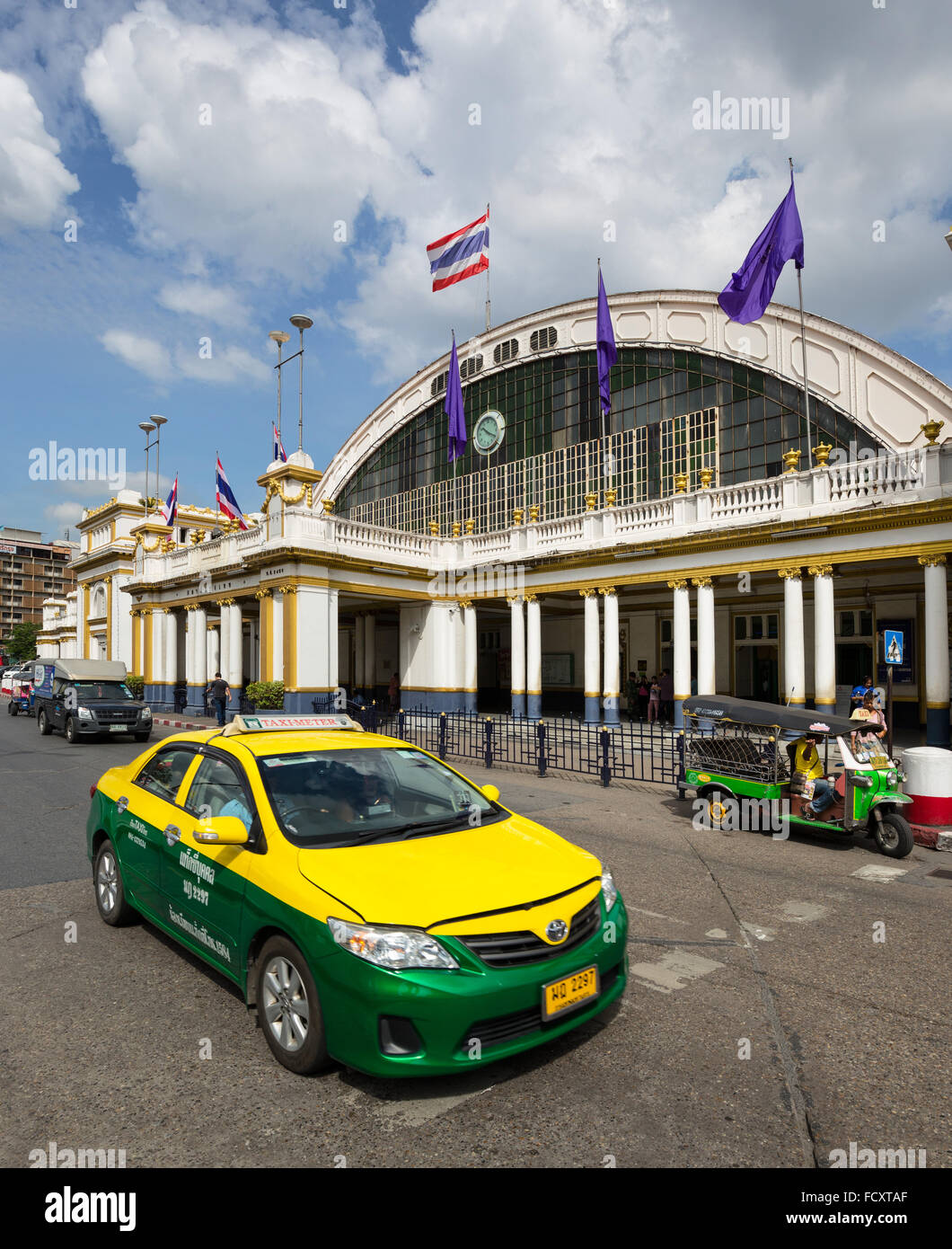 Tuk-tuk et de taxi en face de la gare centrale, la gare de Hua Lamphong, Chinatown, Bangkok, Thaïlande Photo Stock