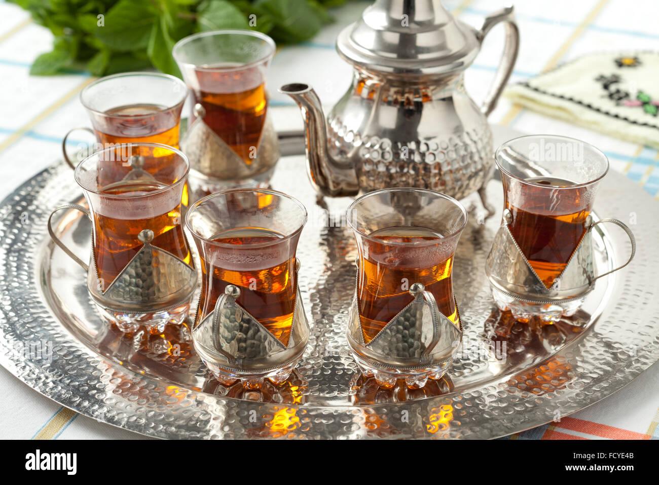 Verres à thé marocain traditionnel et pot sur un plateau Photo Stock