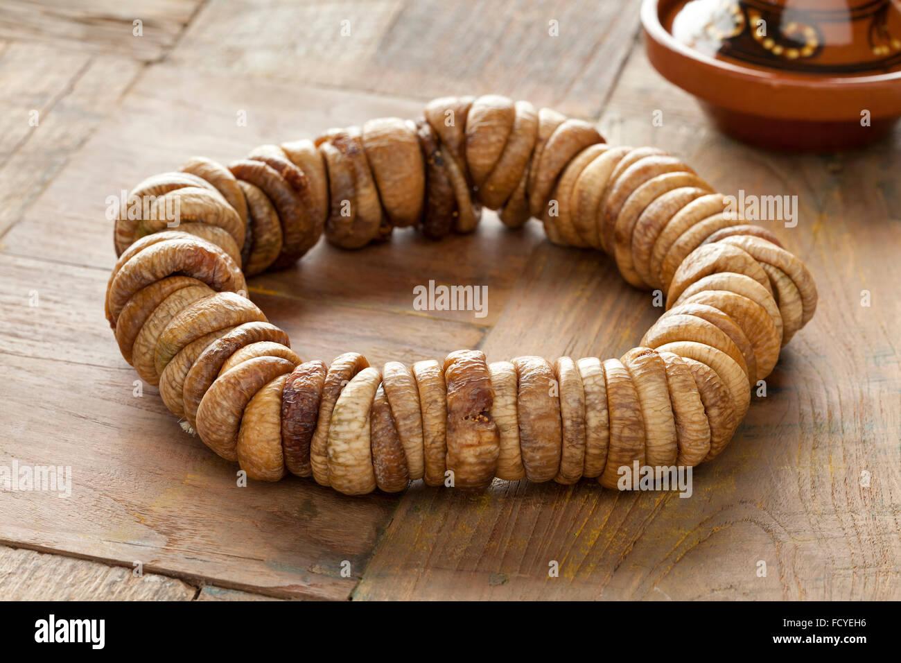 Figues séchées traditionnel marocain sur une corde Photo Stock