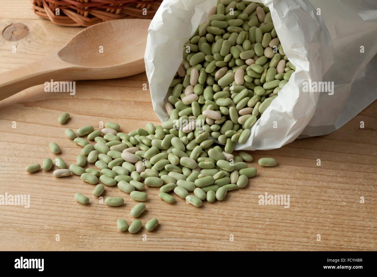Sac de papier avec des haricots flageolets Français Photo Stock