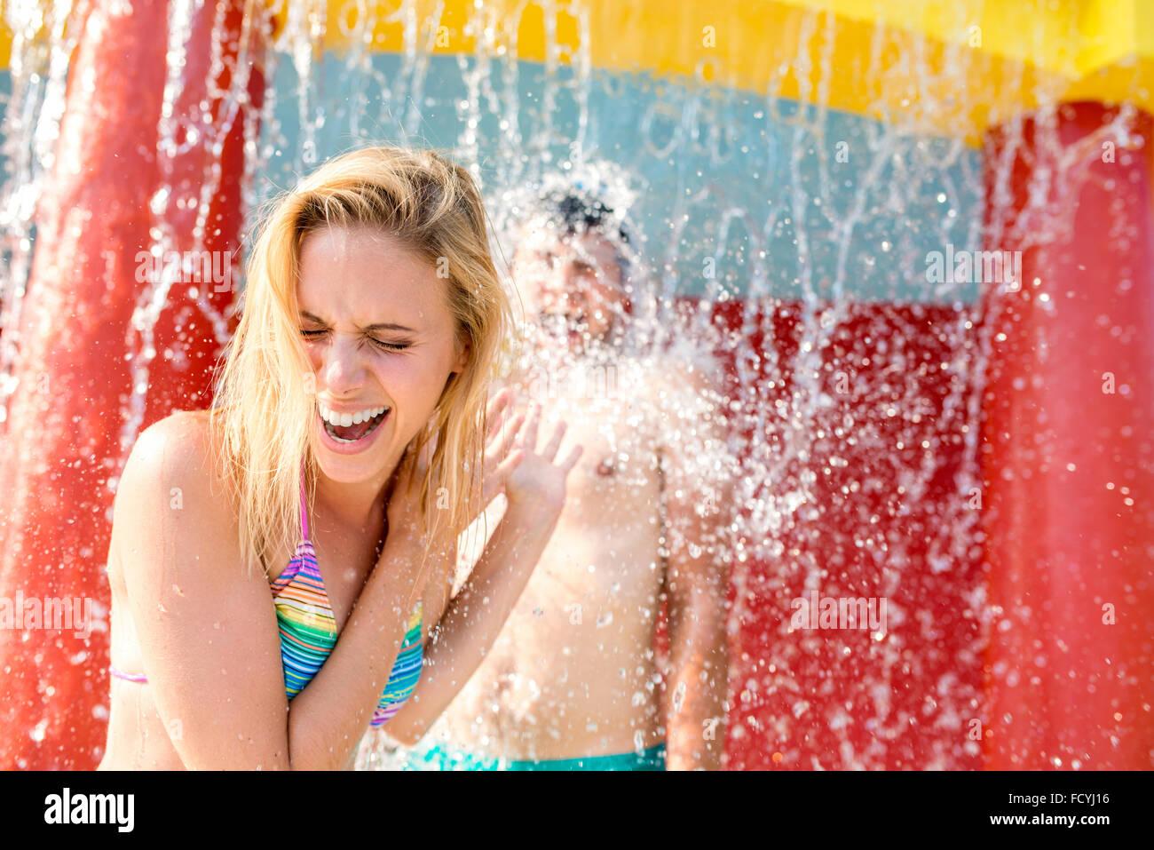 Beau couple dans la piscine Photo Stock