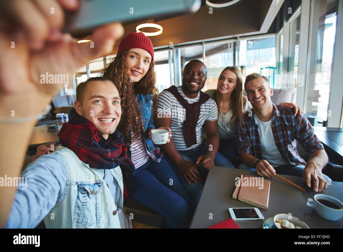 Amis adolescents décisions lors du recueil des selfies in cafe Photo Stock