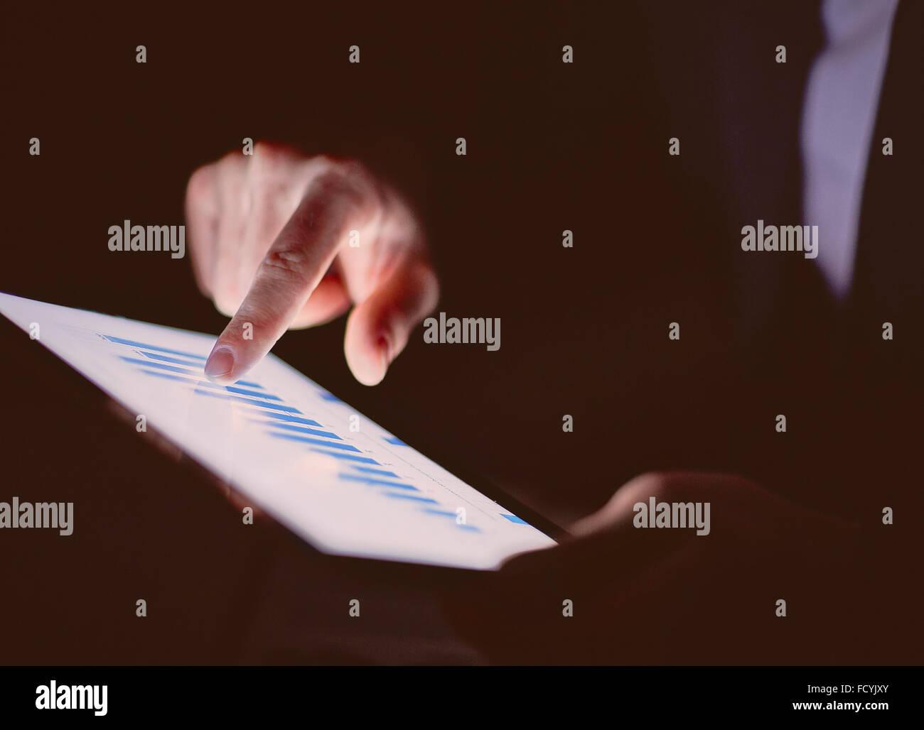 Homme d'affaires l'utilisation des données de touchpad Photo Stock