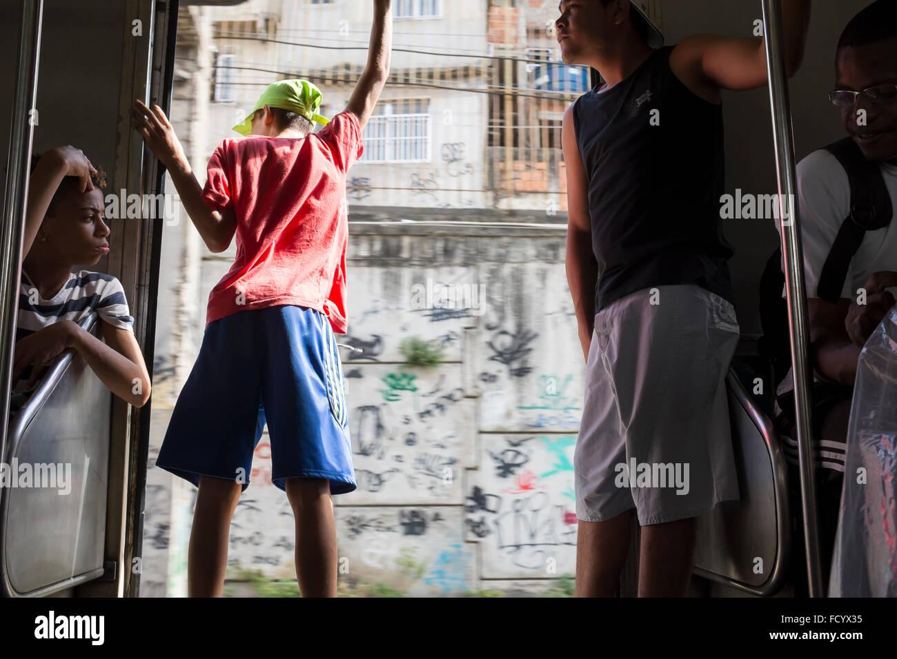 RIO DE JANEIRO - le 22 octobre 2015: les jeunes Brésiliens se tenir la porte ouverte d'un train de Photo Stock