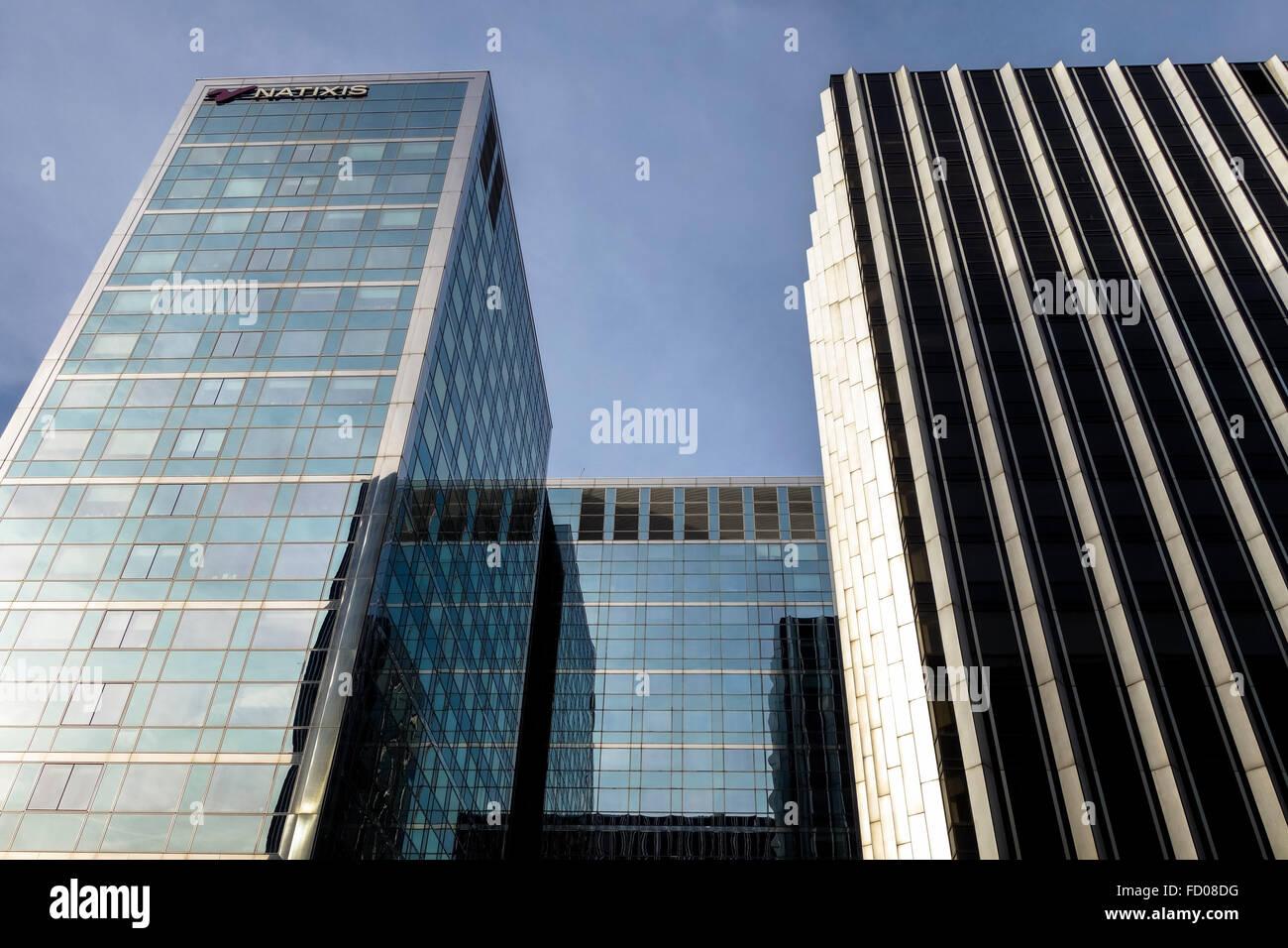 Immeuble de bureaux moderne au crépuscule banque d images et