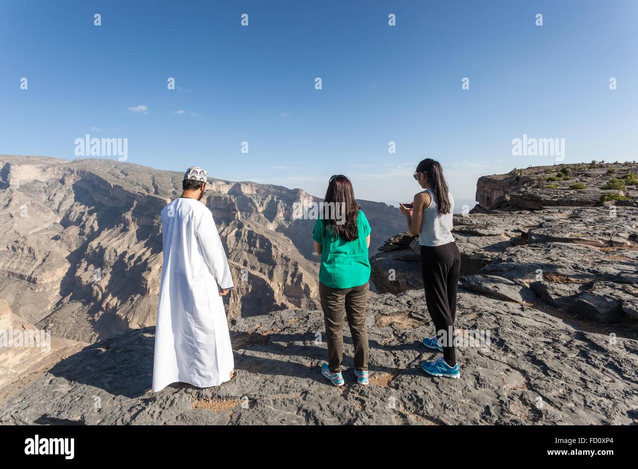 Les touristes avec un guide omanais à Grand Canyon, Oman Photo Stock