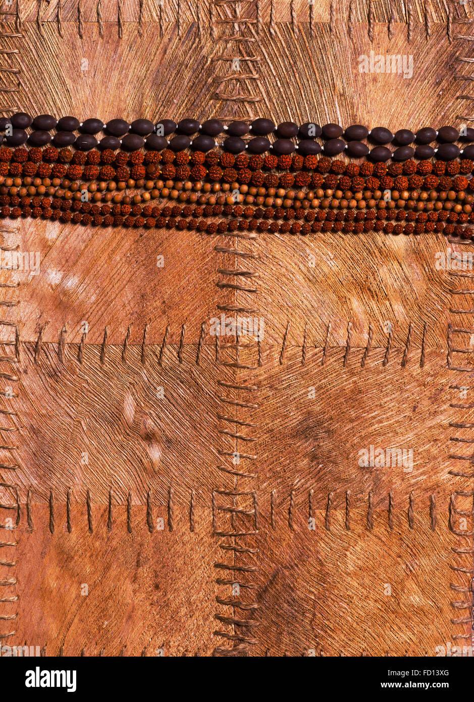 Différents types de perles, dédié aux différents dieux, sur un fond de feuilles Banque D'Images