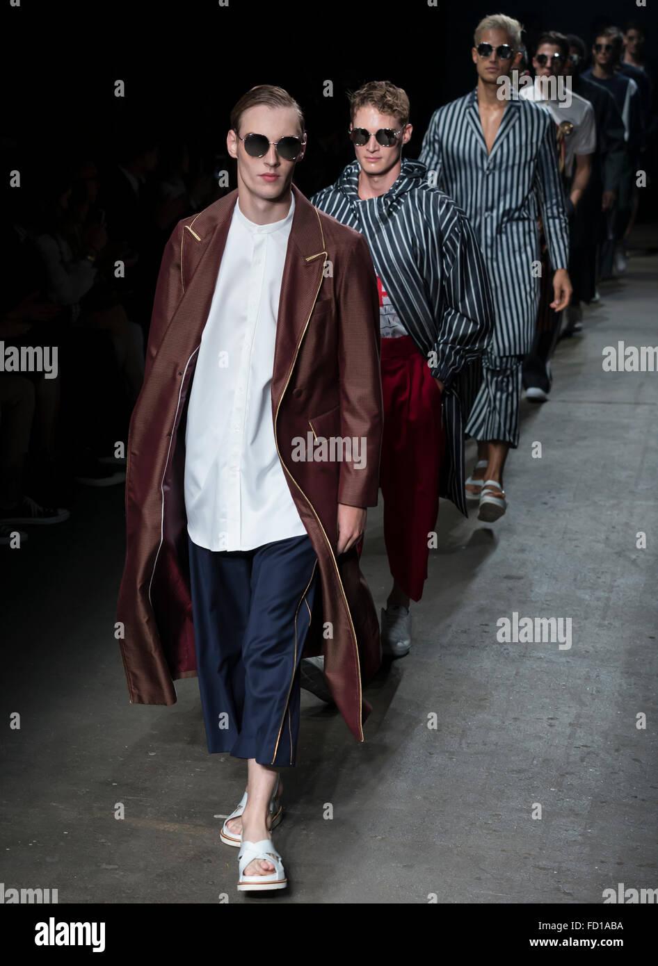 NEW YORK, NY - 14 juillet 2015: Roberto Sipos promenades la piste pendant le spectacle à la Corée Photo Stock