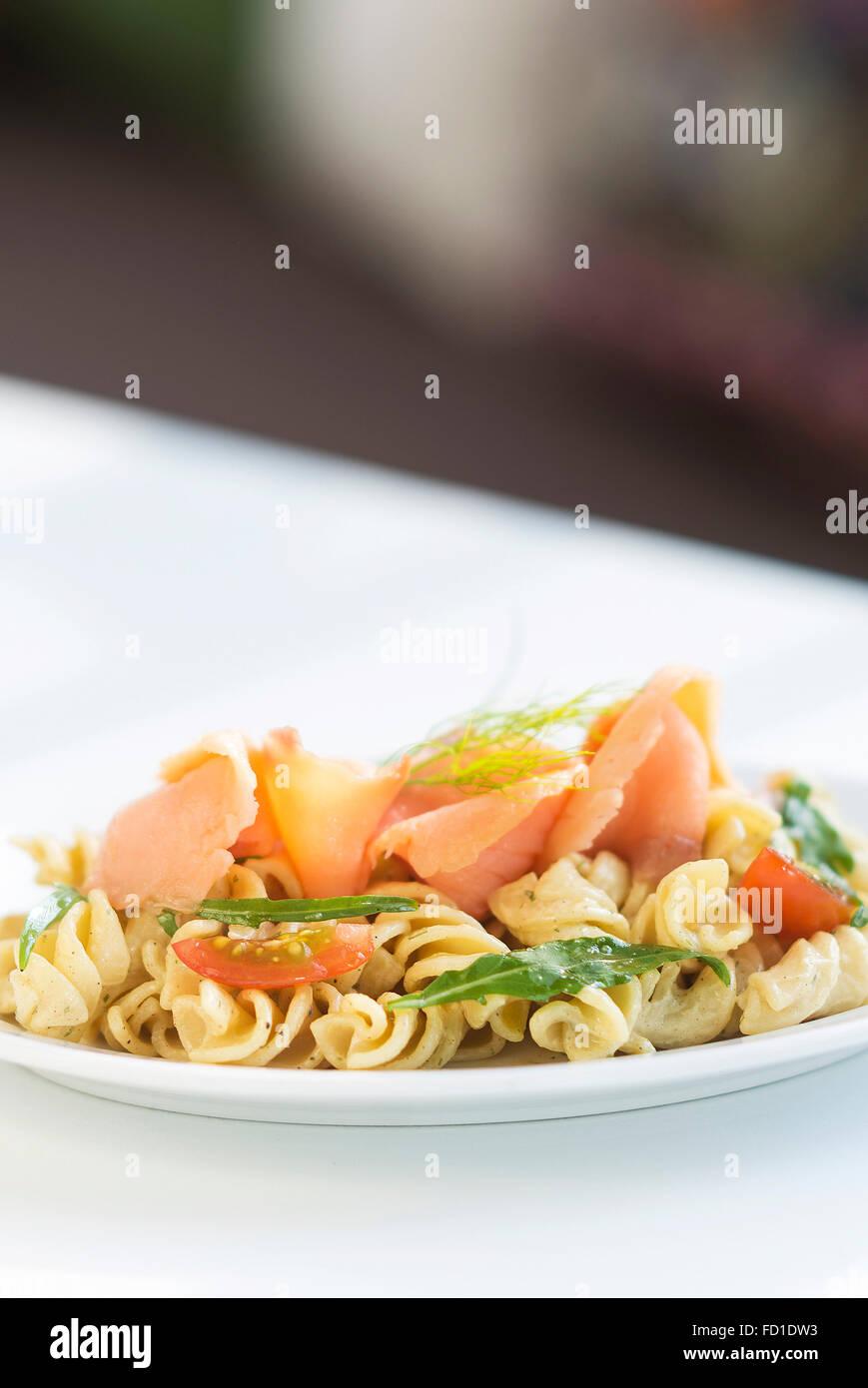 Saumon fumé, crème de tomates et roquette pasta Photo Stock