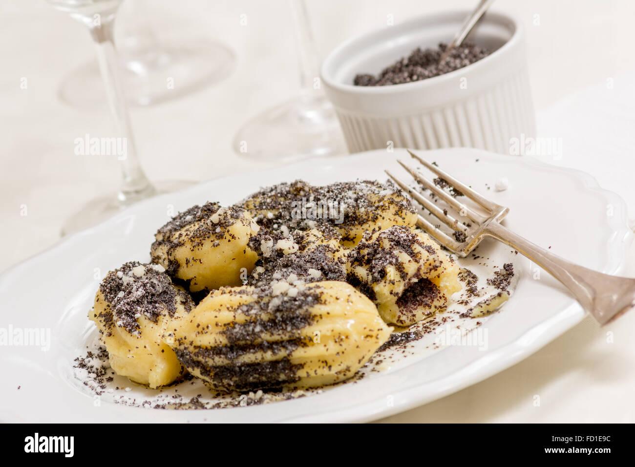 Gnocchi pâtes pavot avec le sucre et le beurre sur le tableau blanc Photo Stock