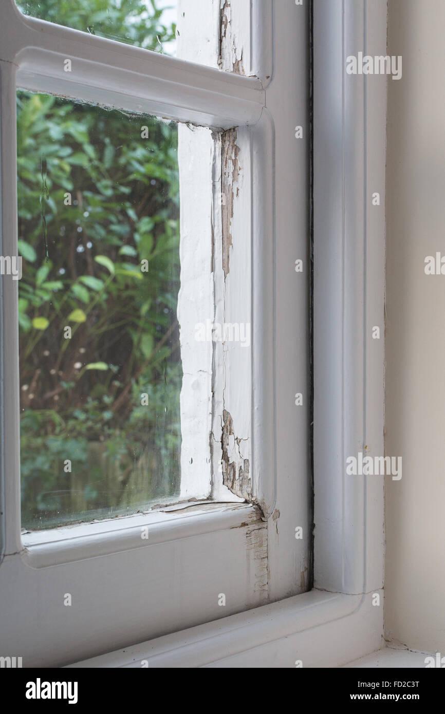 La condensation et les dommages causés par l'eau à simple vitrage traditionnel châssis de fenêtre Photo Stock