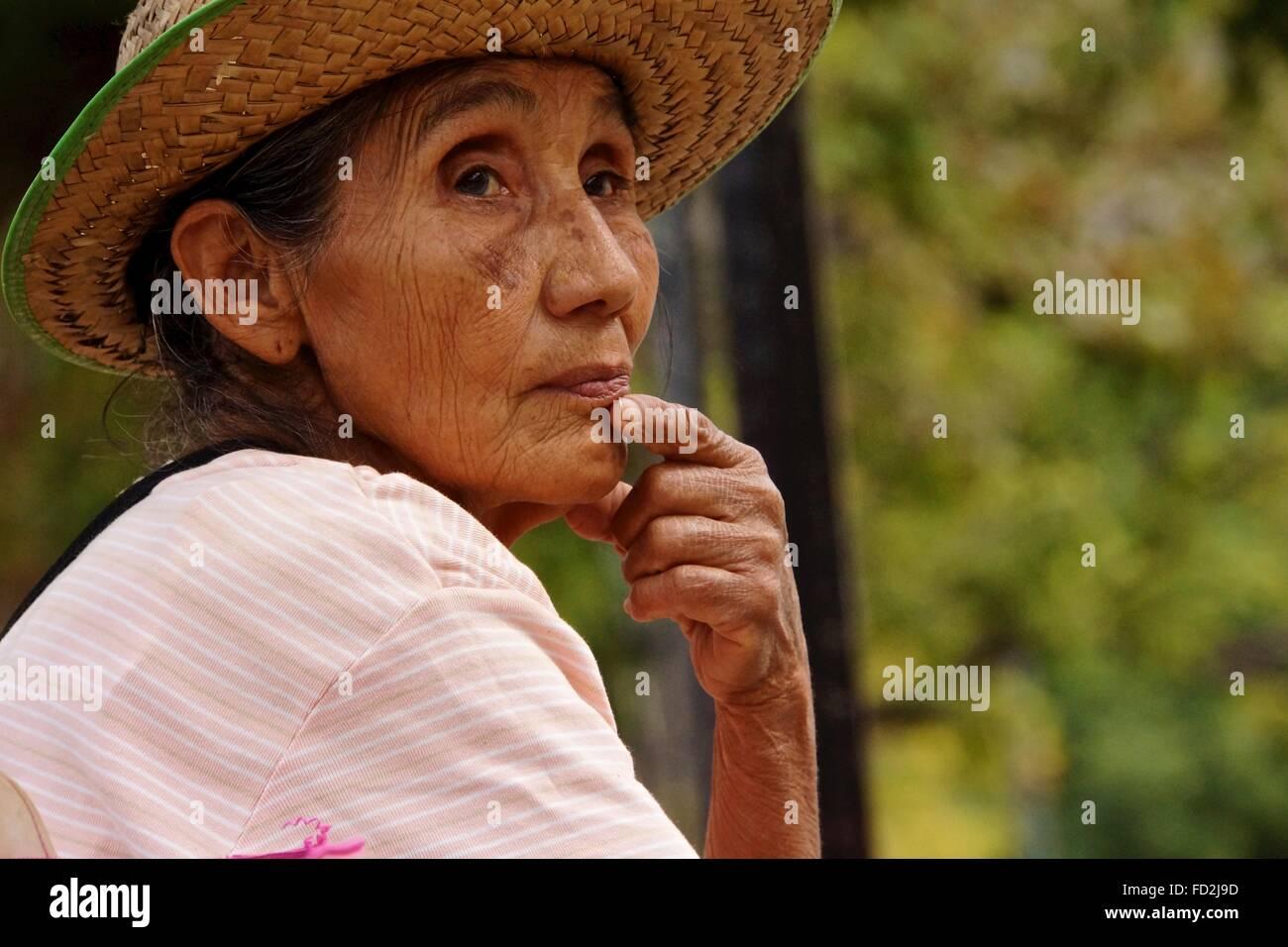 Dame Mexicaine regarder le monde passer. Photo Stock