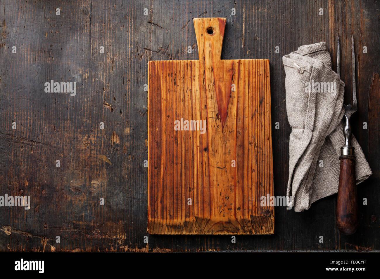 couteau à découper fourchette à viande et sur fond de bois foncé