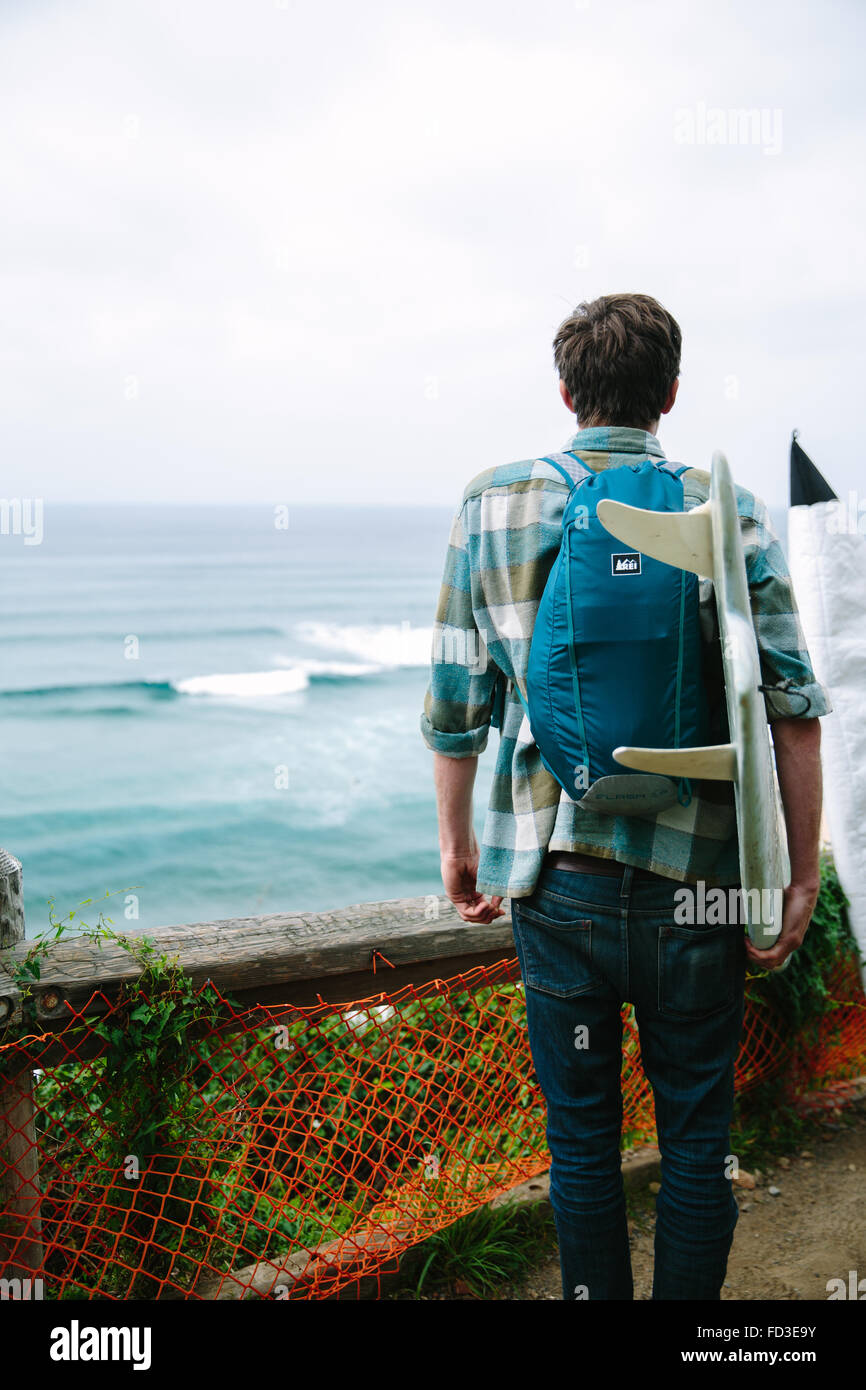 Un jeune homme explore Big Sur, en Californie. Photo Stock