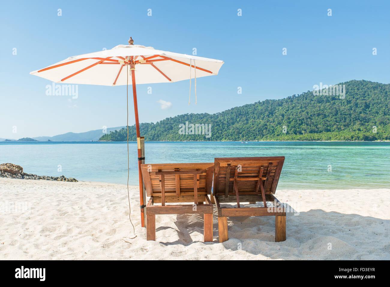 L'été, les voyages, vacances et maison de vacances concept - chaises de plage et parasol sur l'île de Phuket, Thaïlande Banque D'Images