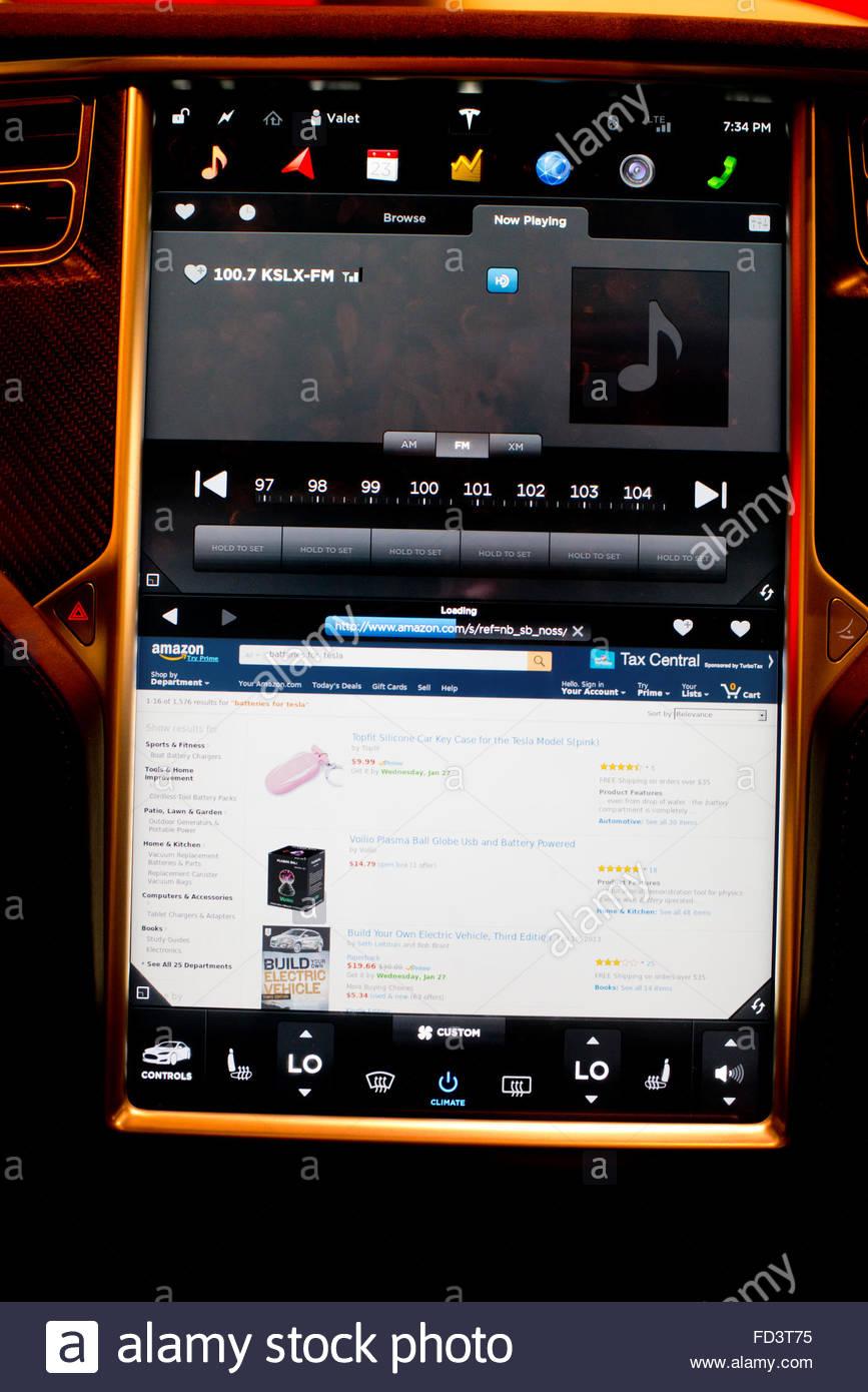 La tête de l'écran affiche une page Amazon.com dans un navigateur Web dans une Tesla Motors voiture Photo Stock