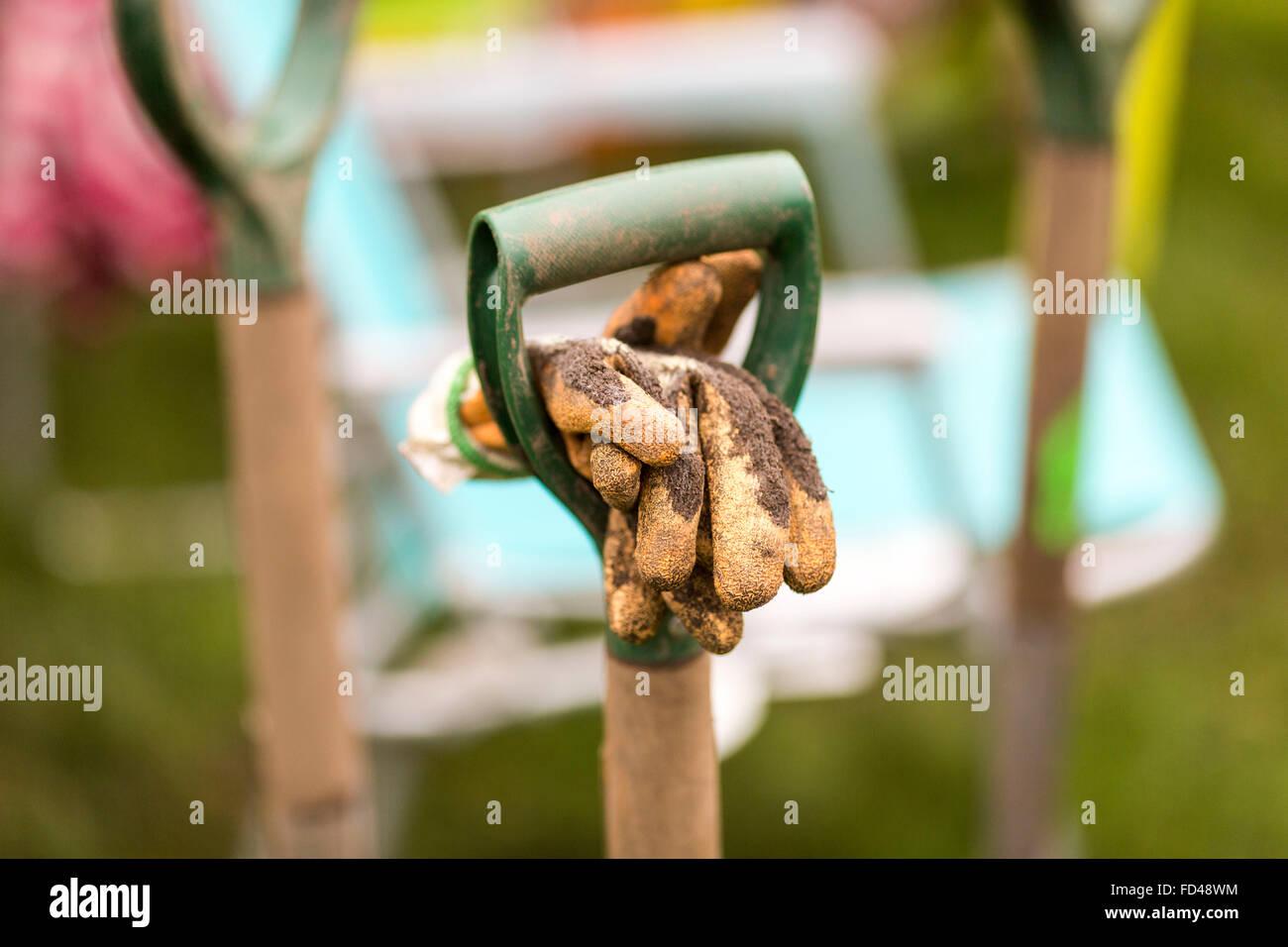 Une bêche de jardinier et des gants Photo Stock