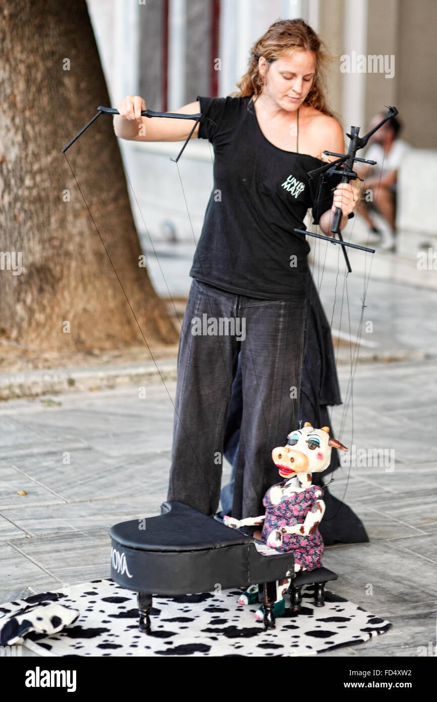 Performance de marionnettes dans les rues d'Athènes, Grèce Photo Stock