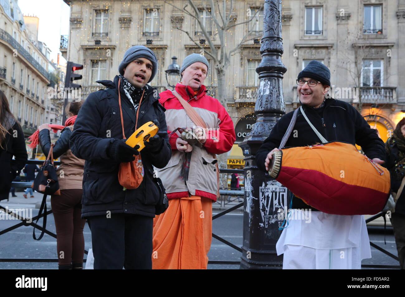 Les dévots de Krishna Hare faisant un harinam à Paris. Banque D'Images
