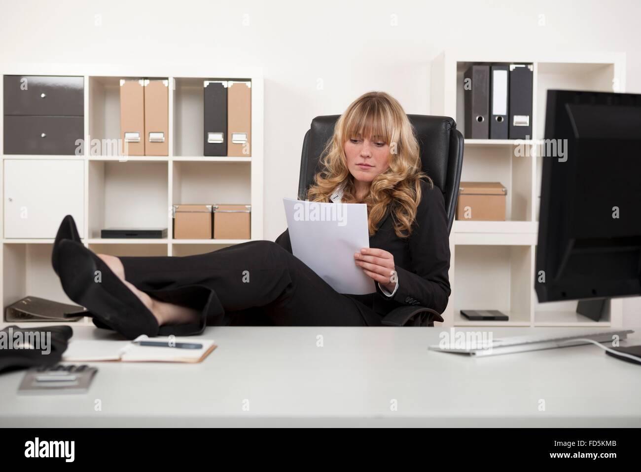 Manager de détente à travailler avec ses pieds sur le bureau