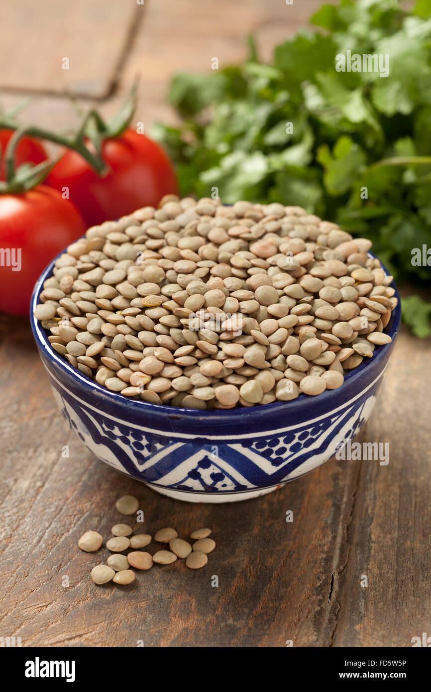 Lentilles brunes séchées dans un bol Photo Stock