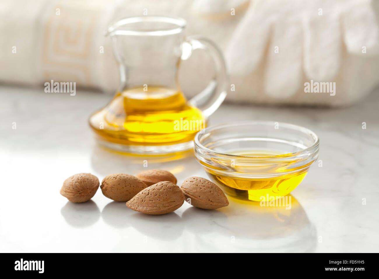 L'huile d'amande et des amandes pour usage cosmétique Photo Stock